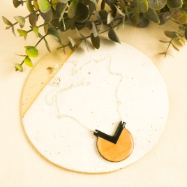 Collar círculo y triángulo negro
